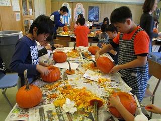 10月26日はESLの先生の指導で 初等部全員「ジャコランタン作り」をしました。