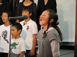 代表生徒のリコーダー演奏や ソロで歌うパートがあり感動的でした。