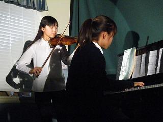 エンドロールをプロジェクターで写しなが らバイオリンとピアノの生演奏です